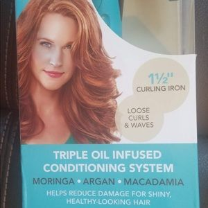 NEW WITH BOX 1.5 inch curling iron REVLON